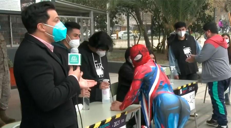Simón Oliveros se enfrentó en un duelo de baile con el Estúpido y Sensual Spiderman