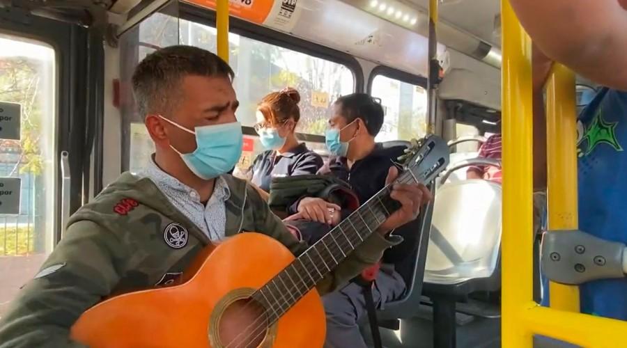 Padre perdió su trabajo tras enfermedad de su hijo y ahora canta en las micros para sustentar a su familia