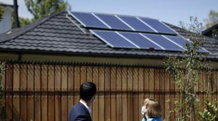 Ahorra hasta $300.000 en electricidad: Postula al subsidio para poner paneles solares en tu casa