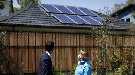Ahorra entre $100.000 y $300.000: Postular al programa que permite instalar paneles solares en el hogar