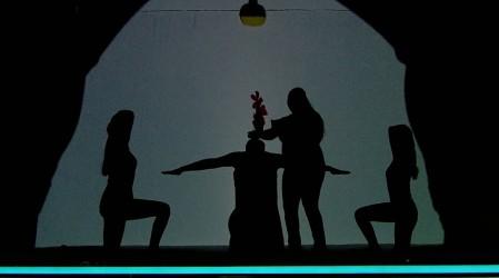 La Compañía Te Abrazo cautivó con una emocionante representación bajo las sombras
