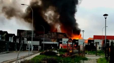 """Incendio en fábrica de colchones en Coquimbo amenaza a vecinos: """"Tuvimos que estar mojando las casas"""""""
