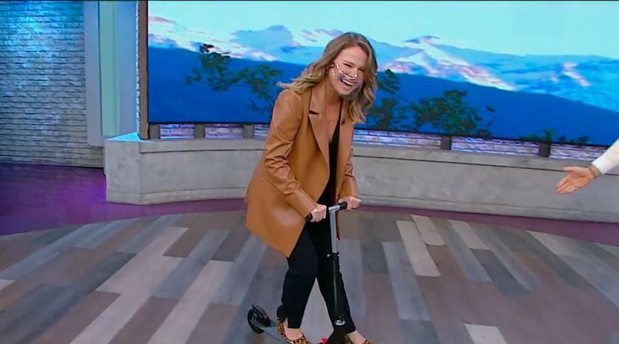 ¡En monopatín!: Sole Onetto hizo su propia versión de la entrada de Priscilla Vargas en su moto