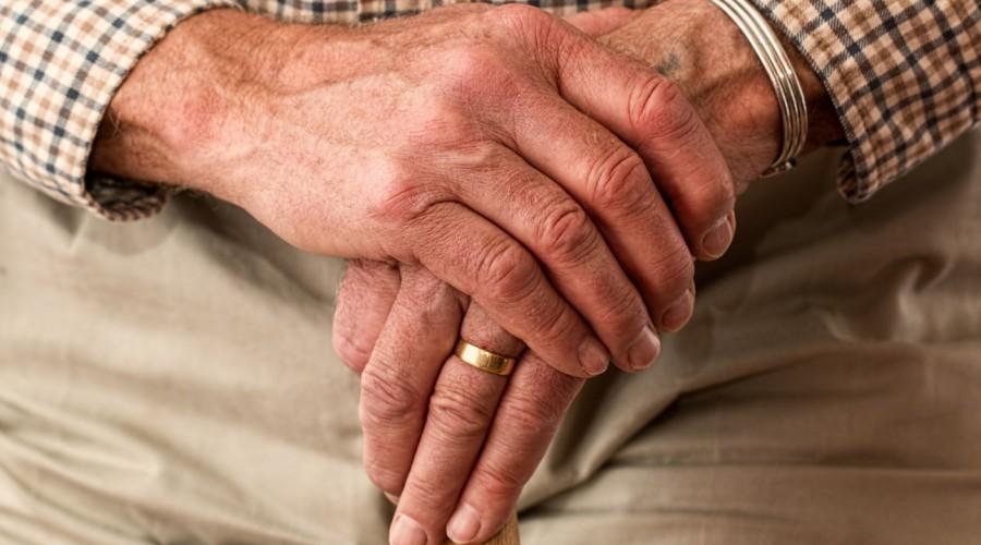 ¿Cumples 50 años de matrimonio?: Revisa los requisitos para recibir los $337.847 del Bono Bodas de Oro
