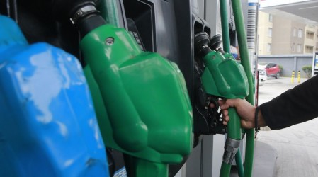 Tras 35 semanas al alza bencinas bajarán de precio este jueves 5 de agosto: Revisa la disminución