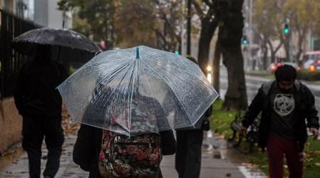 Llegó el invierno a la capital: Pronostican lluvia para la próxima semana en Santiago