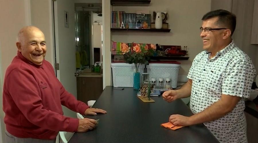 """""""Lo que le regalo es amor"""": Juan Fuentes cuenta su historia tras años de cuidar a su papá con Alzheimer"""
