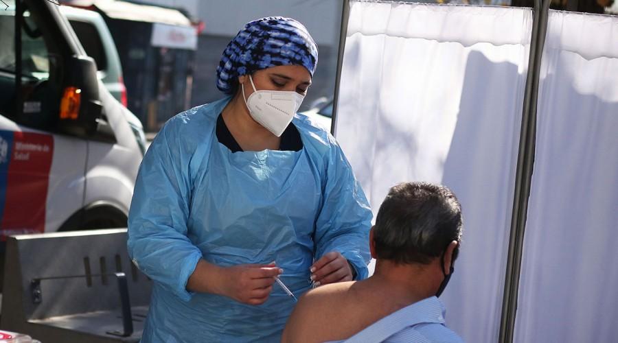 Rezagados podrán inocularse la próxima semana: Minsal flexibiliza calendario de vacunación debido a la lluvia