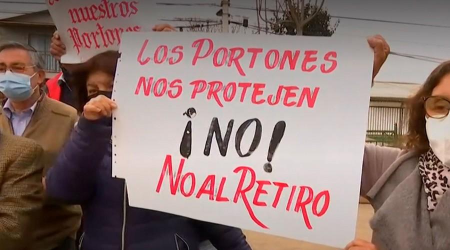 Vecinos de Maipú defienden el uso de portones de seguridad: Municipalidad notificó 60 días para retirarlos
