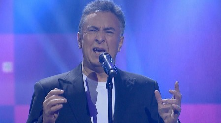 Otilio Castro puso la nota romántica de la noche con un clásico de Víctor Manuel