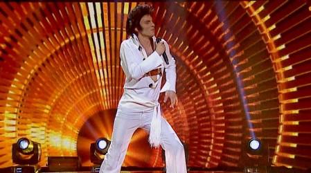 La seductora presentación de Santiago Meneghello como Elvis Presley