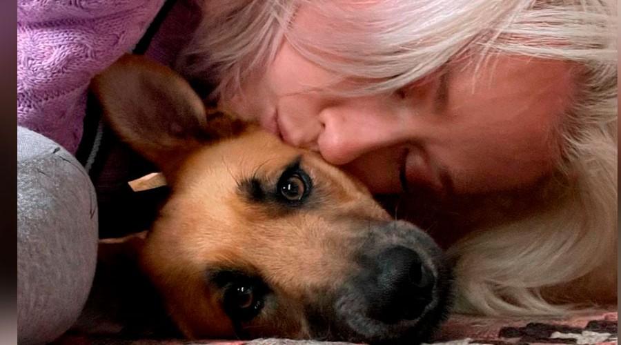 Vesta Lugg rompe en llanto en pleno aeropuerto luego de que no le permitieran viajar con su perrita