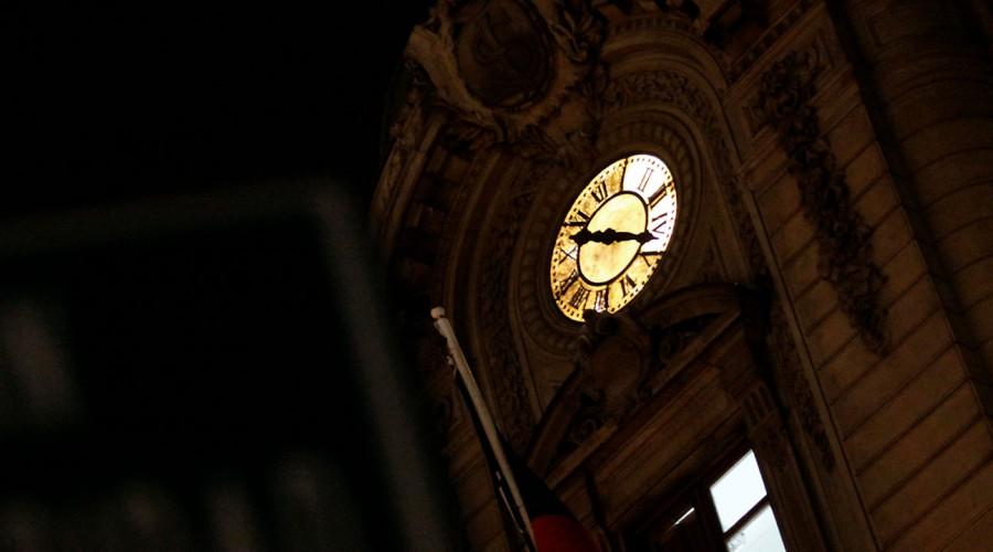 Este sábado se cambia la hora: ¿Cómo afectará al toque de queda?