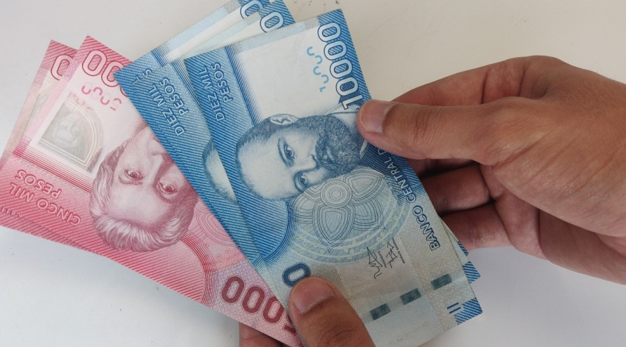 Bajan los montos: Revisa cuánto dinero recibirás a fin de mes por el IFE Universal
