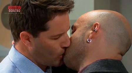 El apasionado beso de Gaspar y Mateo