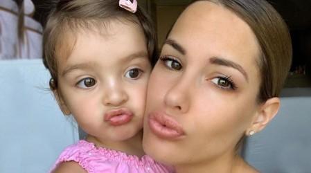 Así ha crecido la pequeña hija de Gala Caldirola y Mauricio Isla