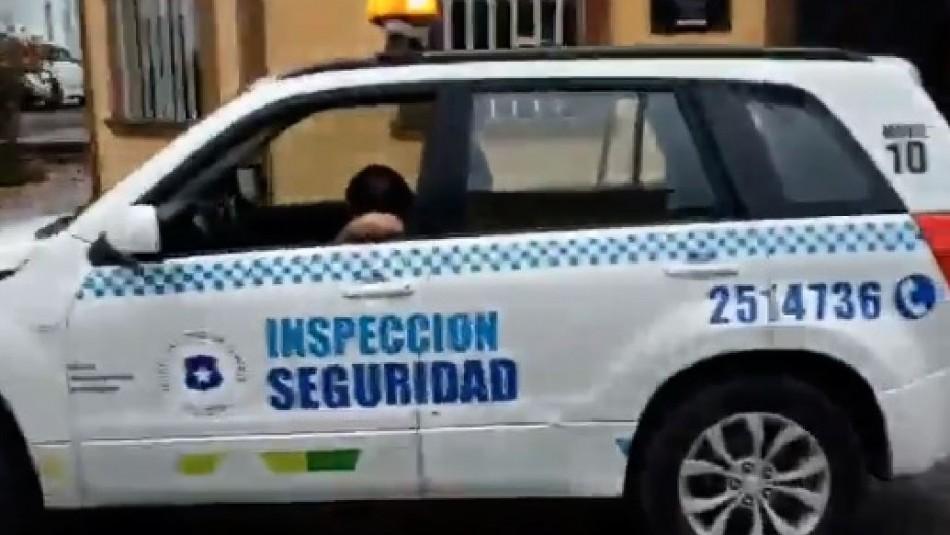 Funcionario municipal fue captado durmiendo en pleno paseo Baquedano de Iquique.