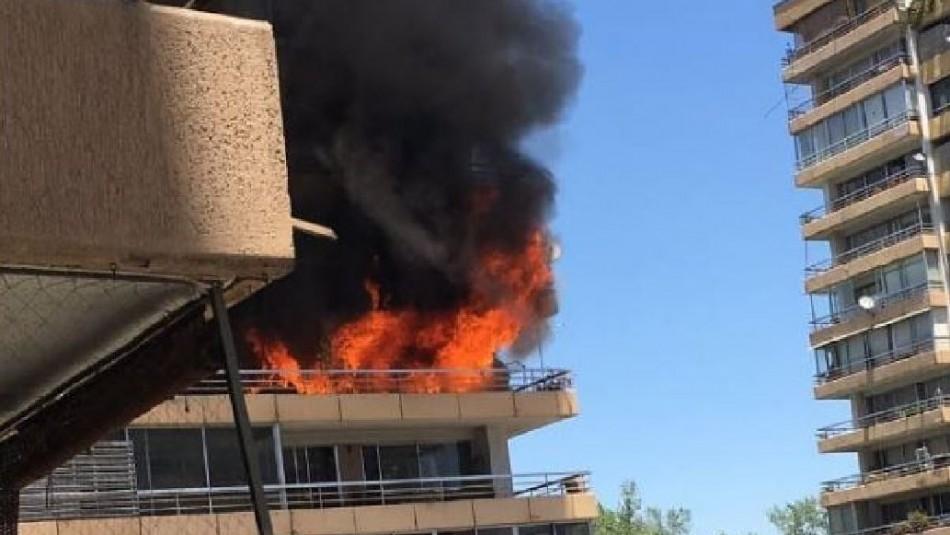 Incendio afecta a edificio ubicado frente al parque Padre Hurtado