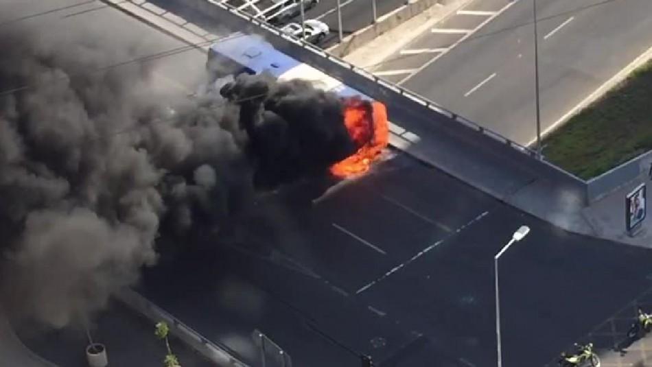 [VIDEO] Bus del Transantiago se quema por completo en la comuna de Vitacura