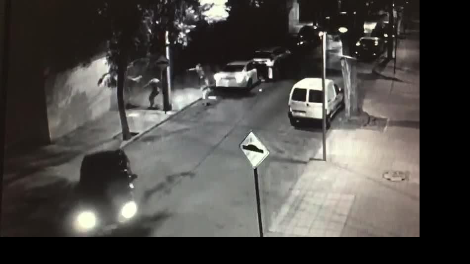 Video muestra violento asalto a pareja en la comuna de Santiago