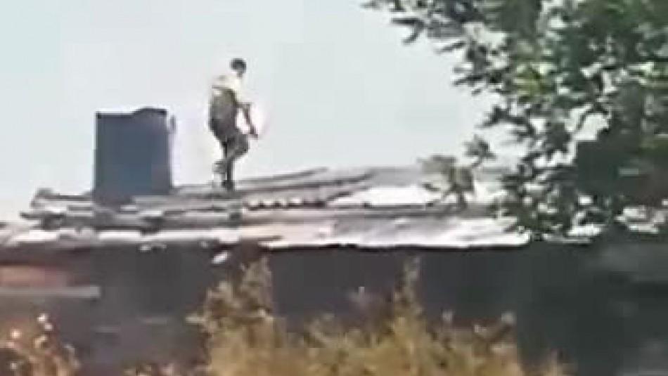 [VIDEO] Carabinero rescata a mujer y evita que su casa sea quemada en gigantesco incendio