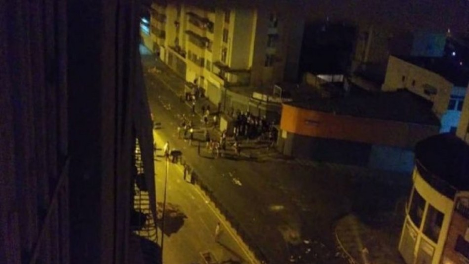 Manifestantes roban camión de la Guardia Nacional Bolivariana en Caracas / Captura video.