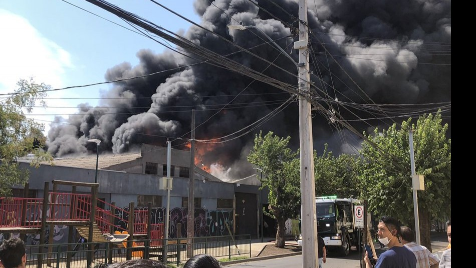 El gigantesco incendio / Twitter @TobarPinto