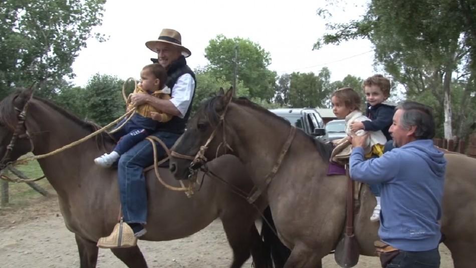 [VIDEO] Sebastián Piñera cabalga con sus nietos durante sus vacaciones