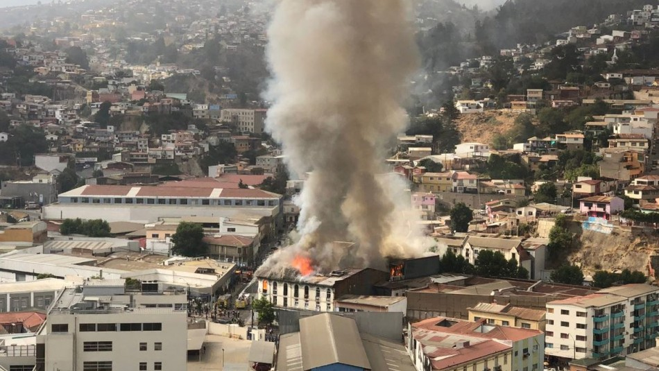 [VIDEO] El momento en que una corniza cae sobre dos bomberos durante incendio en Valparaíso