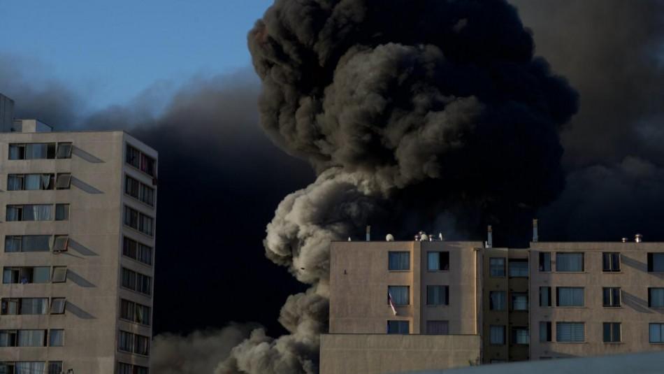 Gigantesco incendio en taller mecánico provocó peligrosa nube tóxica sobre Santiago