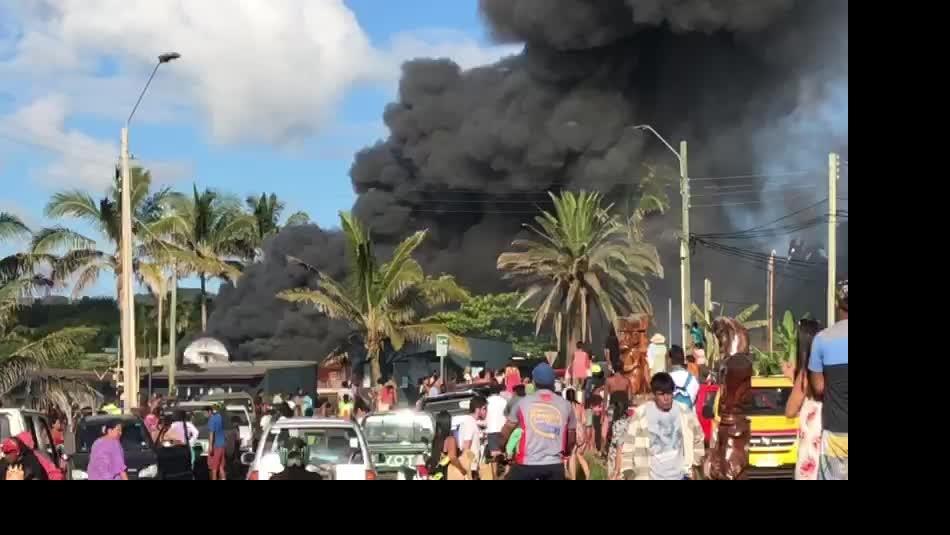 Familia de hombre asesinado en Isla de Pascua busca justicia por propia mano y quema la fiscalía