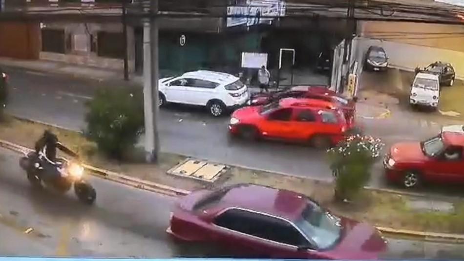 [VIDEO] Hombre es atropellado al bajarse de su vehículo y denuncia que agresor se habría fugado