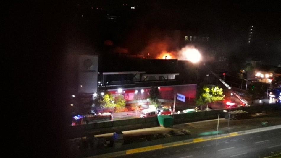 Violento incendio afecta al centro comercial Parque Arauco en Las Condes / Twitter @MonitaChilena.