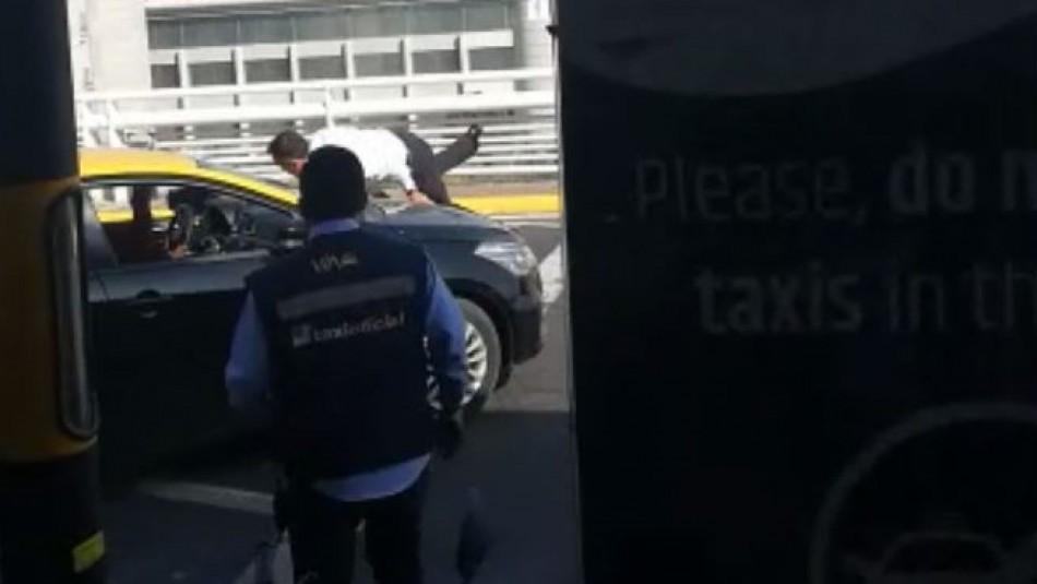 [VIDEO] Taxista atropella a uno de sus colegas en plena manifestación en el aeropuerto