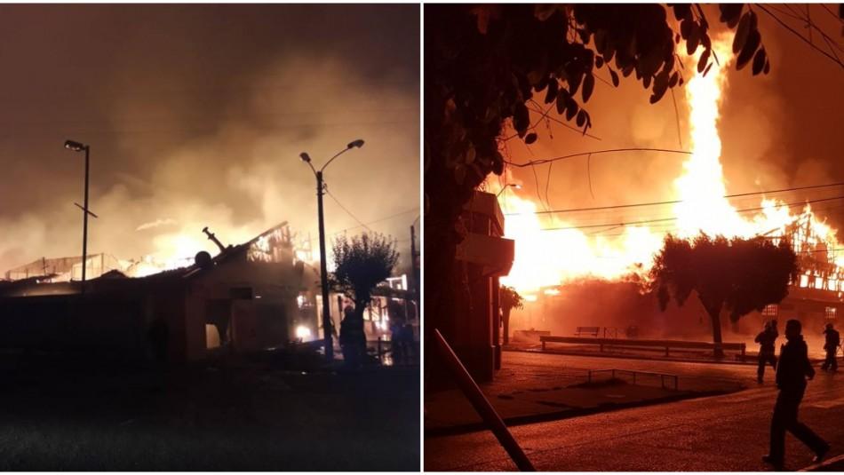 Violento incendio afecta al Mercado Municipal de Victoria / Redes sociales.