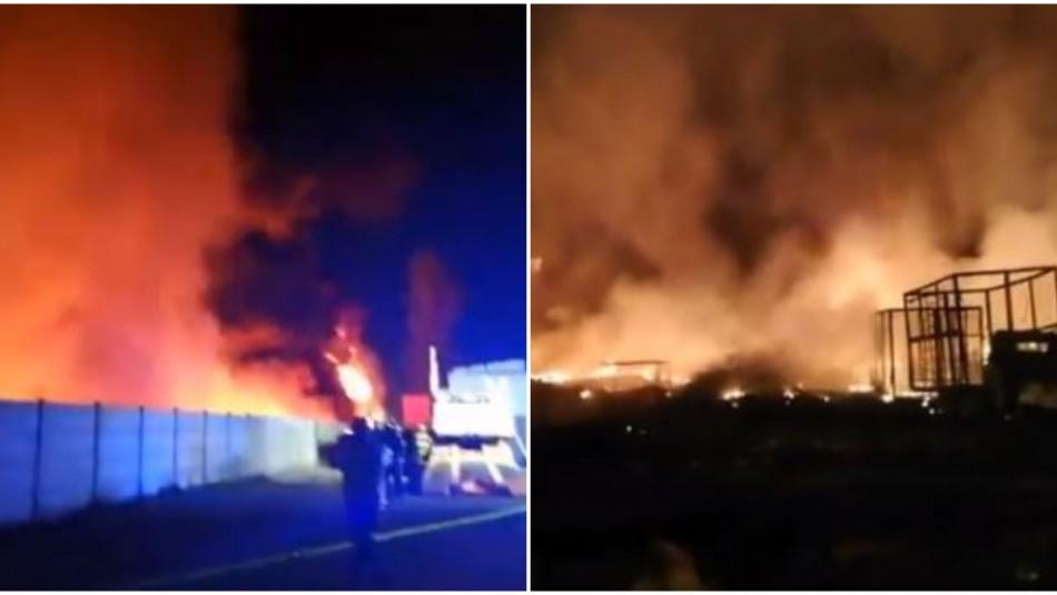 Violento incendio afectó a predio de reciclaje en un sector industrial de Lampa