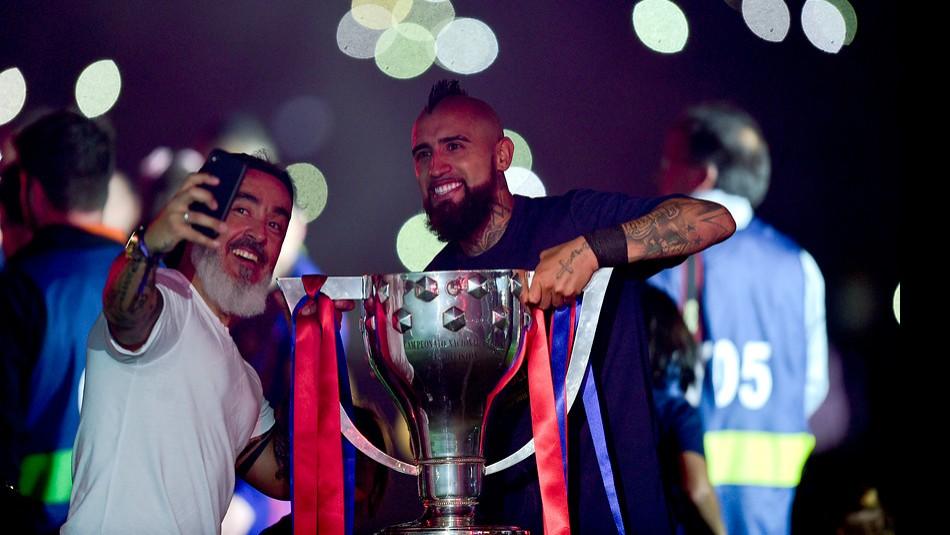 Arturo Vidal festeja junto al Barcelona. / Agencia Uno