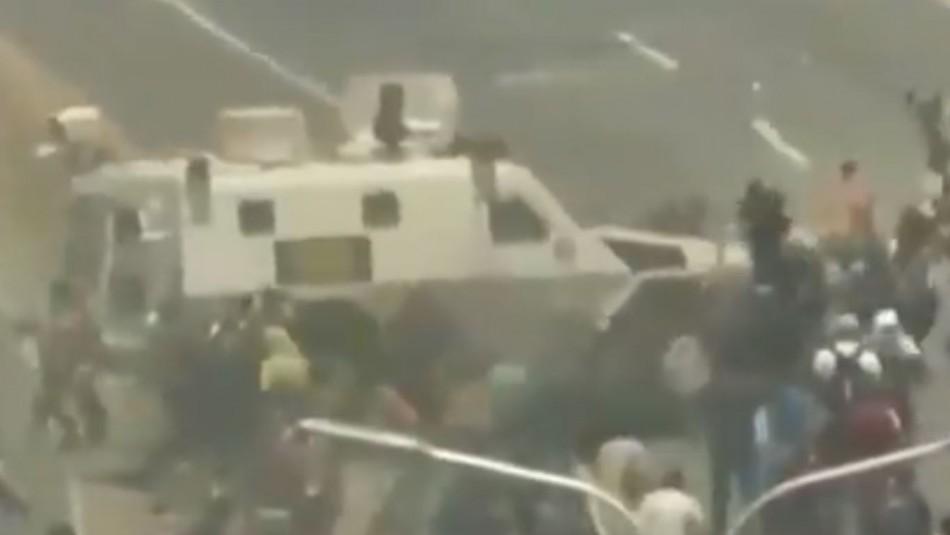 [VIDEO] Vehículo blindado arrolla a manifestantes opositores en Caracas