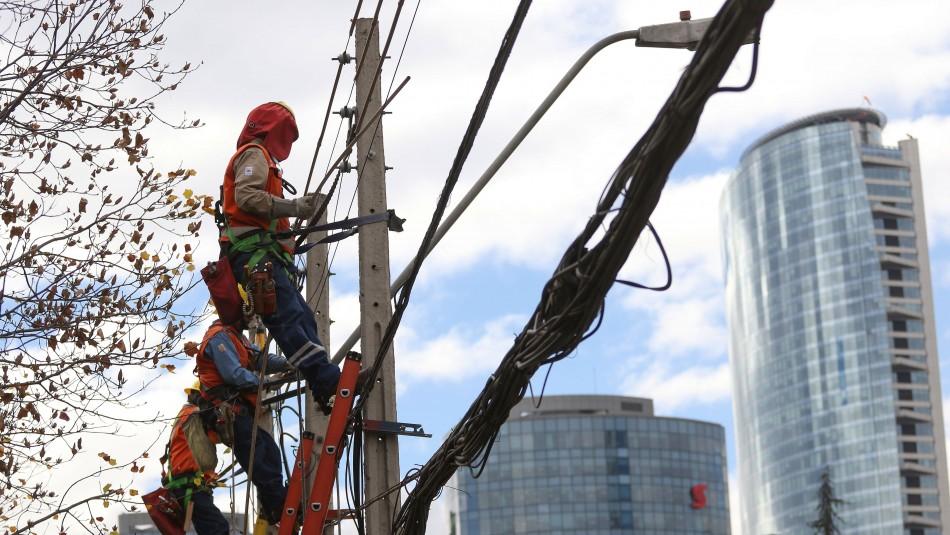 SEC por sistema frontal: 23 mil hogares de Santiago llevan más de 16 horas sin luz