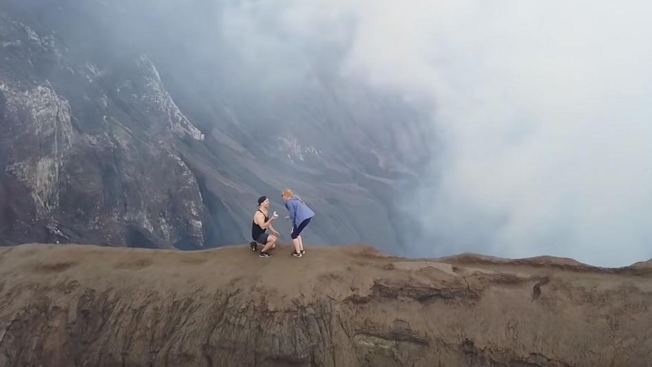 Youtuber pidió matrimonio en el cráter de un volcán activo / Youtube