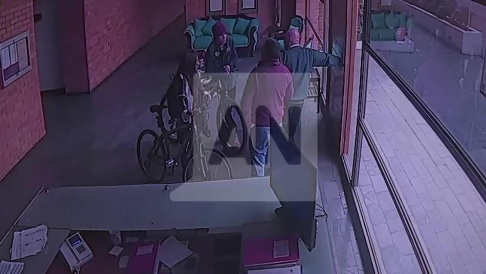 [VIDEO] Pareja golpea con un destornillador a conserje tras intentar robar edificio
