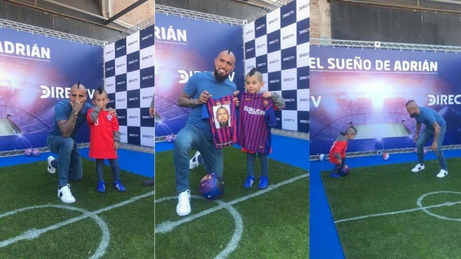Arturo Vidal junto al niño iraní. / Twitter Arturo Vidal
