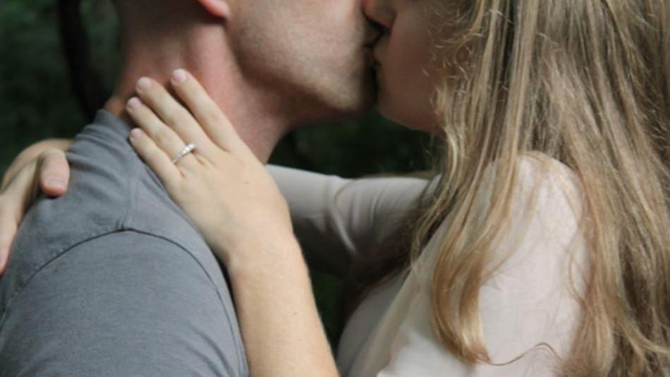 Mujer arranca de un mordisco la lengua de su novio tras pedirle un último beso