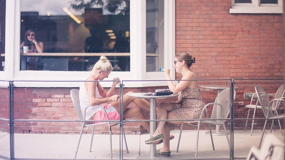 Estudios revelan que las mujeres conversadoras viven por más tiempo