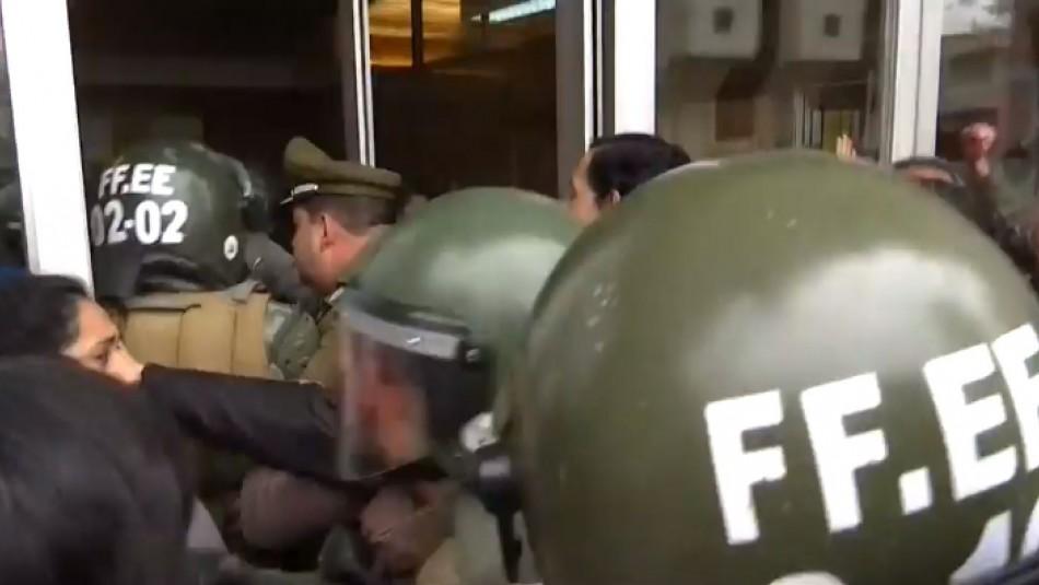 [VIDEO] Desalojan intendencia de Valparaíso tras intento de toma por parte de profesores