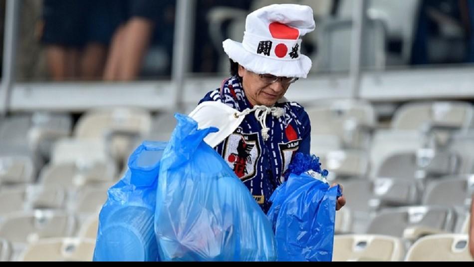 El gesto de los hinchas japoneses. / AFP