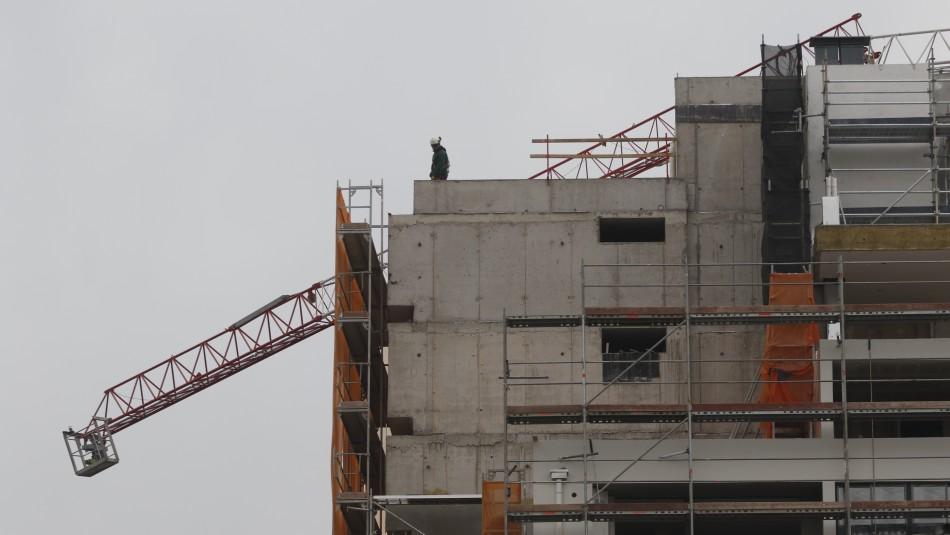 Grúa cae sobre azotea de un edificio en construcción en La Florida