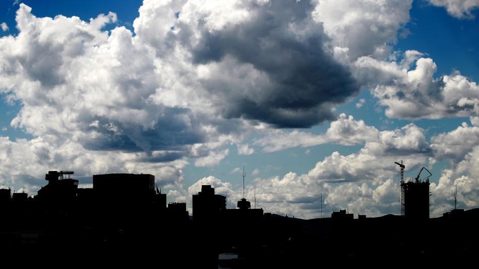 Santiago se mantiene cálido entre nubes: Revisa el pronóstico del tiempo