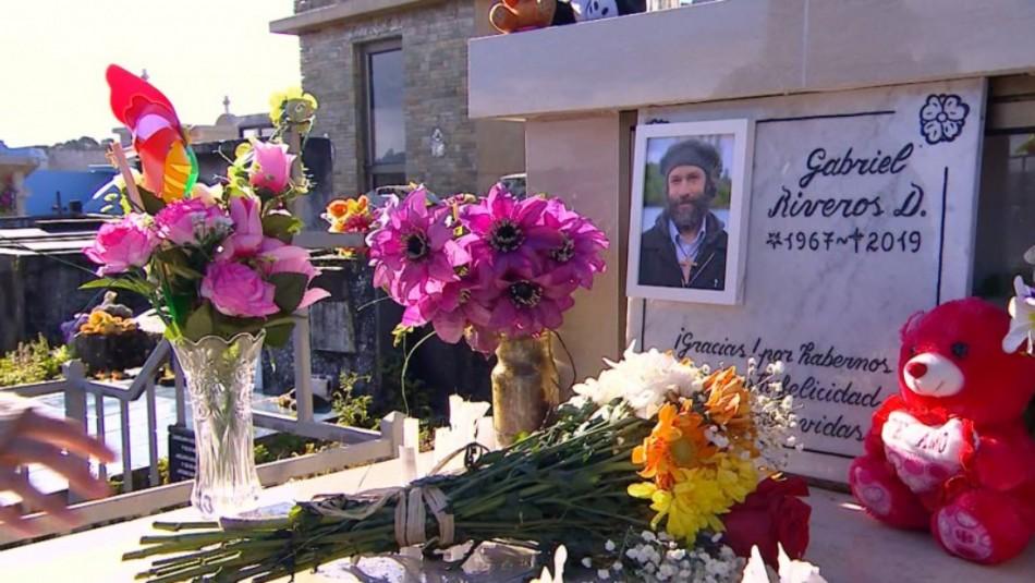 Isla Paraíso: El alcalde Juan Luis fue en familia a la tumba de su tío Gabriel
