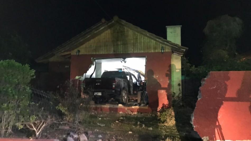Conductor de DiDi colisiona contra una casa al sufrir intento de robo de su auto
